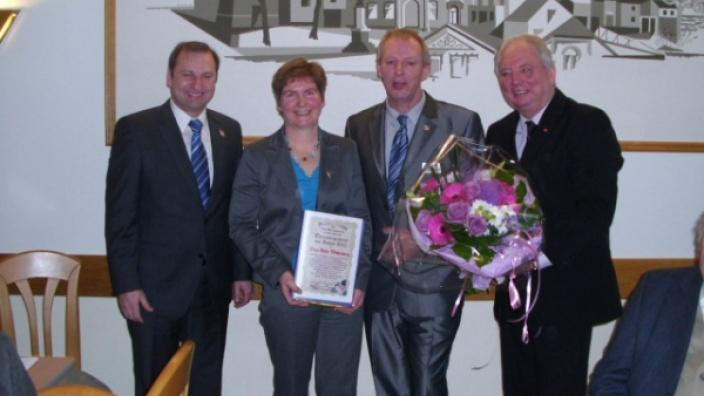 Hilde Wohlenberg (2.v.l.) nimmt den Preis (v.l.) von Volker Nielsen, Hans-Walter Schoof und Holger Jürgens entgegen.